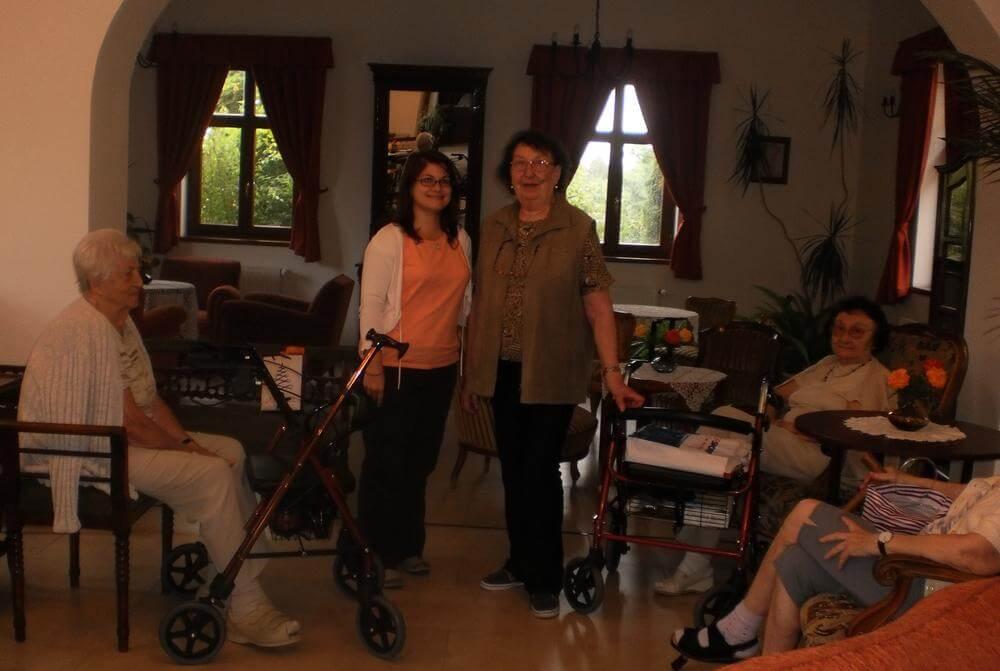 Frau Ban besucht unsere Bewohnerin in der Seniorenresidenz in Ungarn