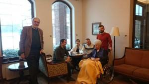 Herr Stadler und Herr Györy beim Besuch von Senioren, Angehörigen und Pflegepersonal in einem polnischen Seniorenheim